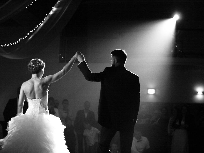 mariés sous les projecteurs mariage lumiere